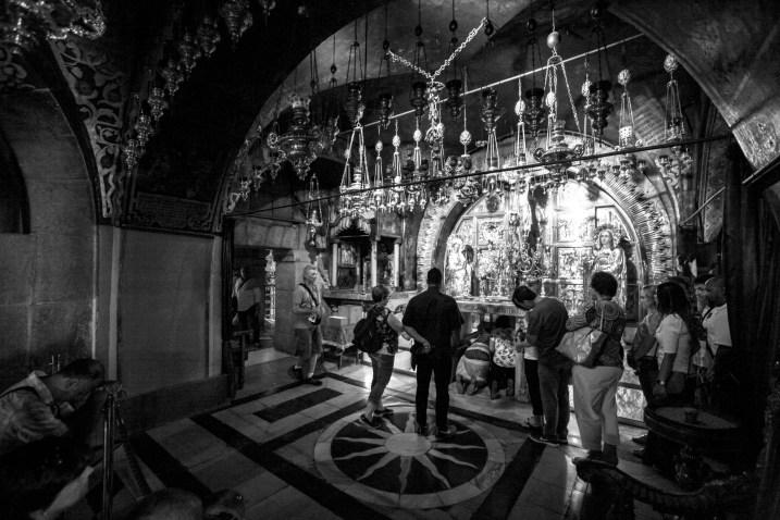 Religiöse Menschen beten und knien in der Grabeskirche in Jerusalem, Israel. Juli 2017 // Religious people praying on their knee's in the Church of the holy Sepulchre in Jerusalem, Israel. July 2017.