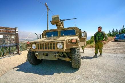 Bewaffnete Soldaten mit einem gepanzerten Militärfahrzeug bei einer Patrouille entlang der Grenze zum Libanon in Israel, Juli 2017 // Soldiers with an armoured military vehicle doing a patrol along the border to the Lebanon in Israel, July 2017