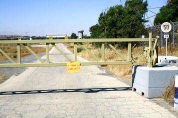 Geschlossener Schranke vor einem Grundstück der UN Friedensmission in Israel, Juli 2017 // Closed barrier in front of the property of the UN Peackeeping mission in Israel, July 2017