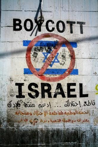"Graffiti auf einer Wand in Hebron ,,Boycott Israel"" Palästina, Juli 2017 // Graffiti on a wall in Hebron says ,,Boycott Israel"", Palestine, July 2017"