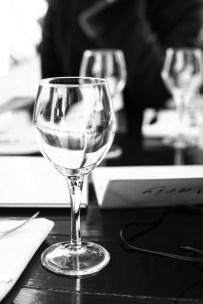 Weingläser stehen auf einem Tisch in einem Restaurant in Paris, Frankreich. Dezember 2016 // Wine glasses on a table in a restaurant in Paris, France. December 2016.
