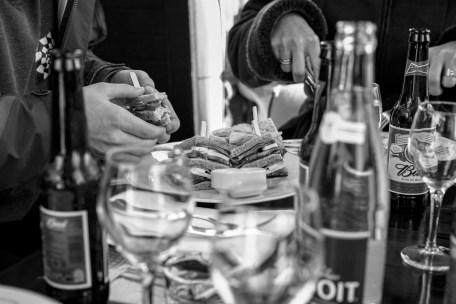 Sandwiche wird gegessen in einem gut besuchten Restaurant Cafe nähe des Louvre Museums in Paris, Frankreich. Dezember 2016 // Sandwich on the table of a crowded restaurant close to the Louvre museum in Paris, France. December 2016.