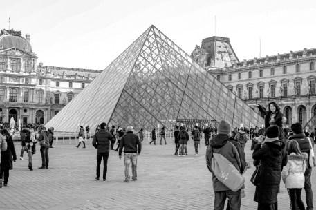 Weltbekanntes Louvre Museum in Paris, Frankreich. Dezember 2016 // World famous Louvre museum in Paris, France. December 2016.