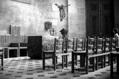 Frau sitzt andächtig alleine vor eienr Jesus Statue in einer leeren Kirche in Paris, Frankreich. Dezember 2016 // Woman is sitting aloneand devout in an empty church in front of a jesus statue in Paris, France. December 2016.