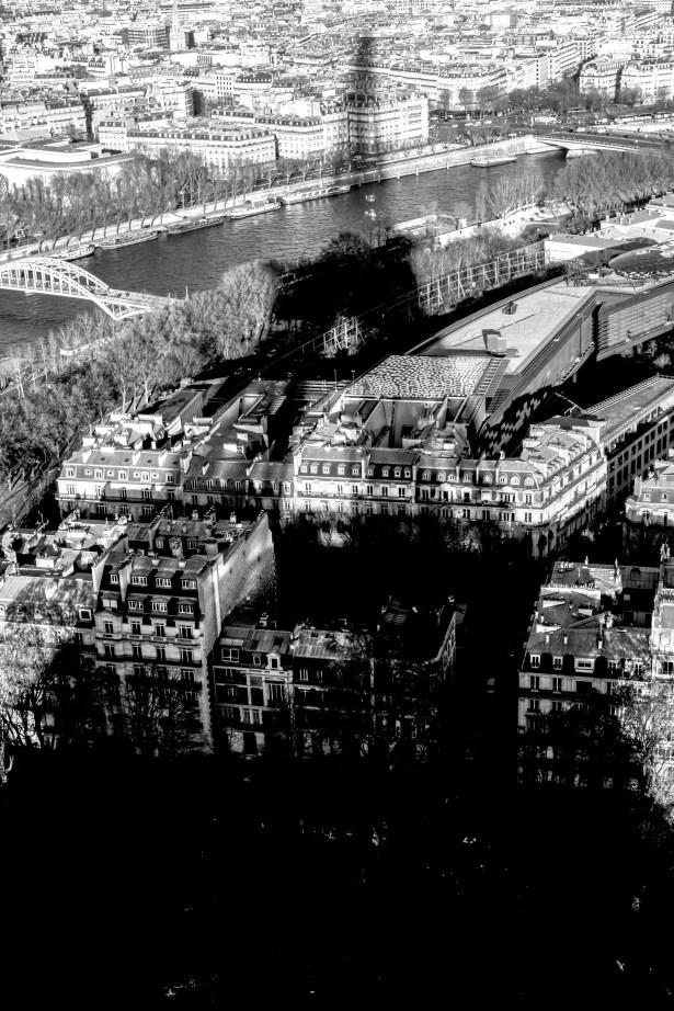 Eiffelturm wirft einen Schatten über die Stadt in Paris, Frankreich. Dezember 2016 // Eiffel Tower is casting a shadow over the city Paris, France. December 2016.
