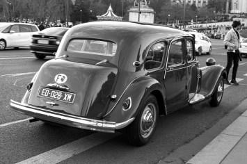 Historisches Fahrzeug der Marke Citroen vor dem Eiffelturm in Paris, Frankreich. Dezember 2016 // Historic Citroen vehicle in front of the Eiffel Tower in Paris, France. December 2016.