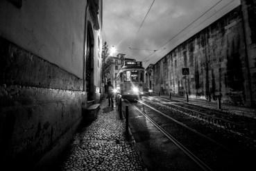 Gasse mit einer Straßenbahn bei Nacht in Lissabon, Portugal. Februar 2017 // Alley with a streetcar at night in Lisbon, Portugal. February 2017