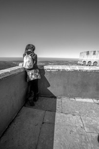 Touristin genießt den Ausblick vom Nationalpalast Pena in der Stadt Sintra, Portugal. Februar 2017 // Tourist enjoys the view from the National castle in Sintra, Portugal. February 2017
