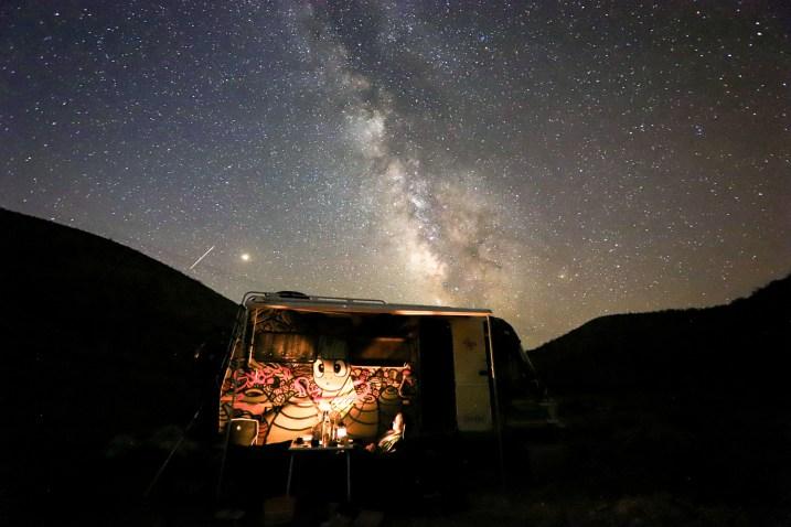 Wohnmobil in der Wildnis unter Sternenhimmel. Griechenland, Juli 2018 // Camper Van under the stars in Greece, july 2018