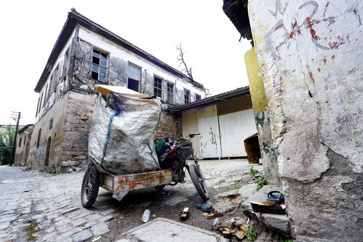 Motorrad von Müllsammlern mit Beiwagen vor zerfallenen Häusern 2018 // Motorbike used by garbage collectors in front of delapidated homes in an alley in Turkey August 2018