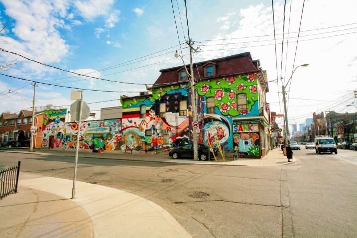 Bunt bemaltes Wohnhaus in Toronto, Kanada. Mai 2015 // Colorful house in Toronto, Canada. May 2015