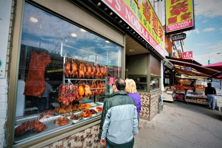 Schaufenster mit Fleisch und Geflügel eine Chinesischen Restaurants in Chinatown, Toronto, Kanada. Mai 2015 // Shop window with meat and poultry of an chinese noodle restaurant in Chinatown, Toronto, Canada. May 2015
