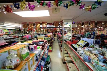 Blick in ein Billigkaufhaus, 1 Euro Shop in Chinatown, Toronto, Kanada. Mai 2015 // Inside view of cheap discounter in Chinatown, Toronto, Canada. May 2015