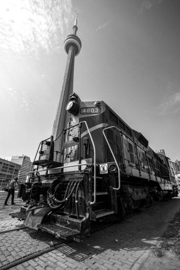 CN Tower und alte Dampf Lokomotive in Down Town Toronto, Kanada. Mai 2015 // CN Tower and old locomotive in Down Town Toronto, Canada. May 2015