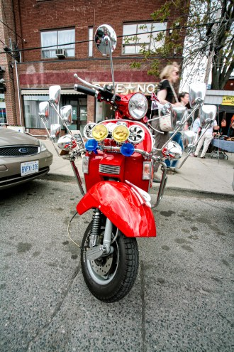Getunte, rote Vespa mit vielen Rückspiegeln und Lampen in Toronto, Kanada. Mai 2015 // Customized red Vespa with a lot of rear mirrors and lights in Toronto, Canada. May 2015