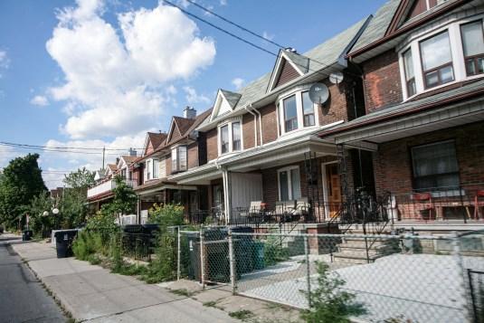 Nordamerikanische Reihenhaussiedlung in Toronto, Kanada. Juli 2015 // Northamerican row housing estate in Toronto, Canada, July 2015