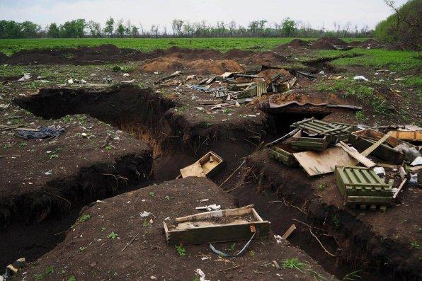 Sur une ancienne ligne de front, près de la ville de Debaltsevo, en République populaire de Donetsk, des boîtes de munitions vides jonchent les tranchées. 17 mai 2015.© Rafael Yaghobzadeh