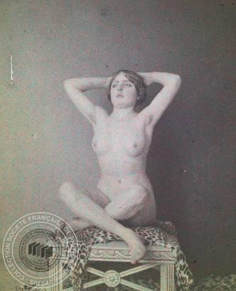 [Femme posant nue], Anonyme, 1911. - 1 photographie positive transparente: verre autochrome, couleur; 4,5 x 10,5 cm