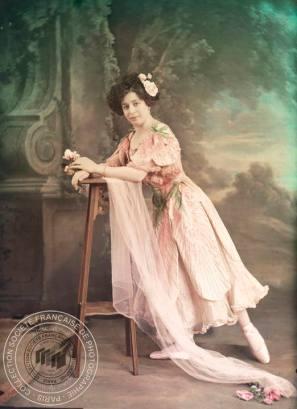 [Portrait femme portant robe de danseuse], Anonyme, après 1907. - 1 photographie positive transparente: verre autochrome, couleur; 18,5 x 25 cm