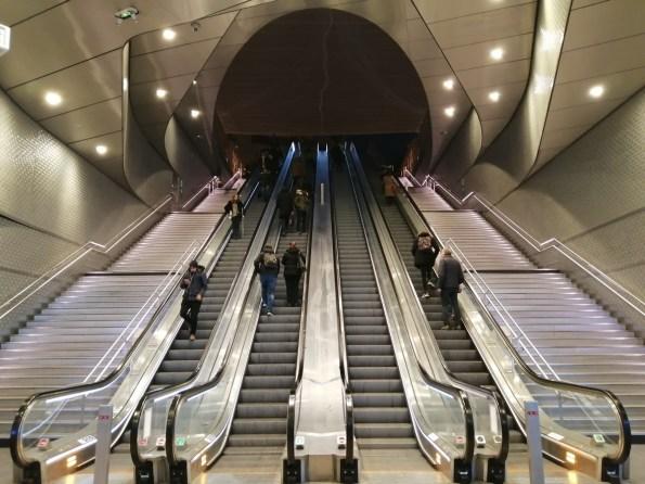 L'escalier monumental de la sortie rue Marguerite de Navarre - Mode auto, IA désactivée - 26 mm - 160 ISO - 1/33 - f/1,8