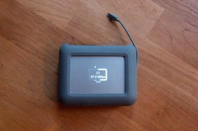 L'écran LCD indique la vitesse de transfert, très variable