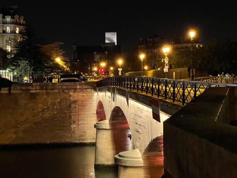 Pont de l'Archevêché - iPhone 12 Pro Max, 65 mm, f/2,2, 1/25s, 1000 ISO