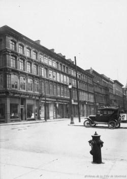Rue Notre-Dame Est angle Saint-Laurent vers l'est . - [192-], Archives de la Ville de Montréal, VM94-Z428.