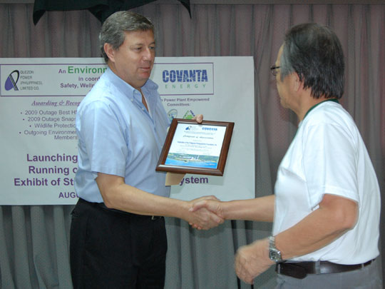 FPPF Project Director Lito Beltran, right, receives a commendation from Frank Thiel, General Manager of the Quezon Power Plant run by Covanta (Phils) in Cagsiay, Mauban, Quezon. The FPPF recently conducted two photography workshops for Covanta employees right in the Mauban power plant complex.