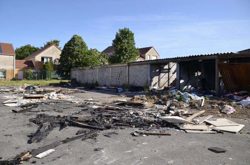 The firefighters intervened around 6 am on May 28 to extinguish trash fires in abandoned garages on rue du Docteur-Calmette in Boulogne.  According to residents, individuals dump their waste before setting it on fire regularly.  The garages must be destroyed for a long time, it is planned for next June.