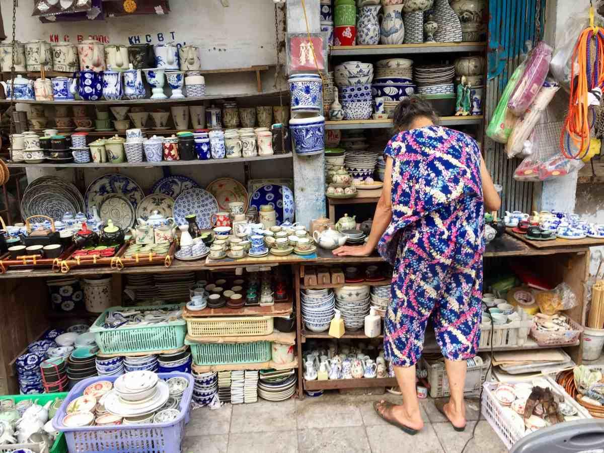 Geschirrverkäuferin in der Altstadt von Hanoi