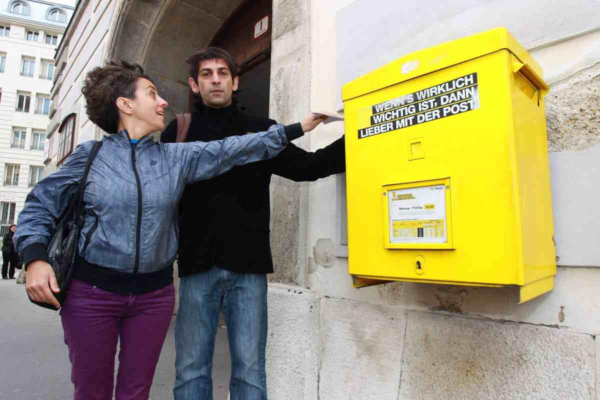 Beim Wahlwechsel überlassen Stimmberechtigte ihre Stimme vom Wahlrecht ausgeschlossenen. Im Rahmen von WIENWOCHE im September 2013 bringen Wahlwechsel-Paare den Wahlkarte zur Post.