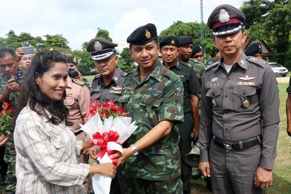 Phuket people thank Thai Army