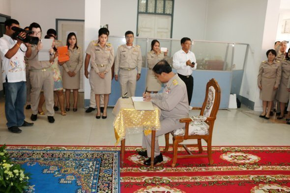 Phuket Governor signs well wishing message to His Majesty