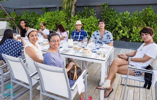 Khun Nadech Kugimiya and his family