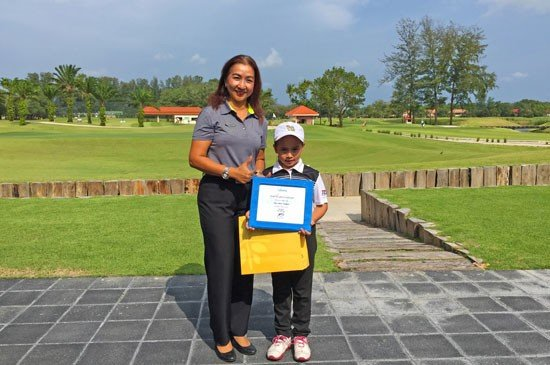 6-year old Louise Landgraf celebrates her hole-in-one at the par 3 hole #8, pictured receiving a special certificate and prize from Club Manager Walaiporn Pattamavichitvong.