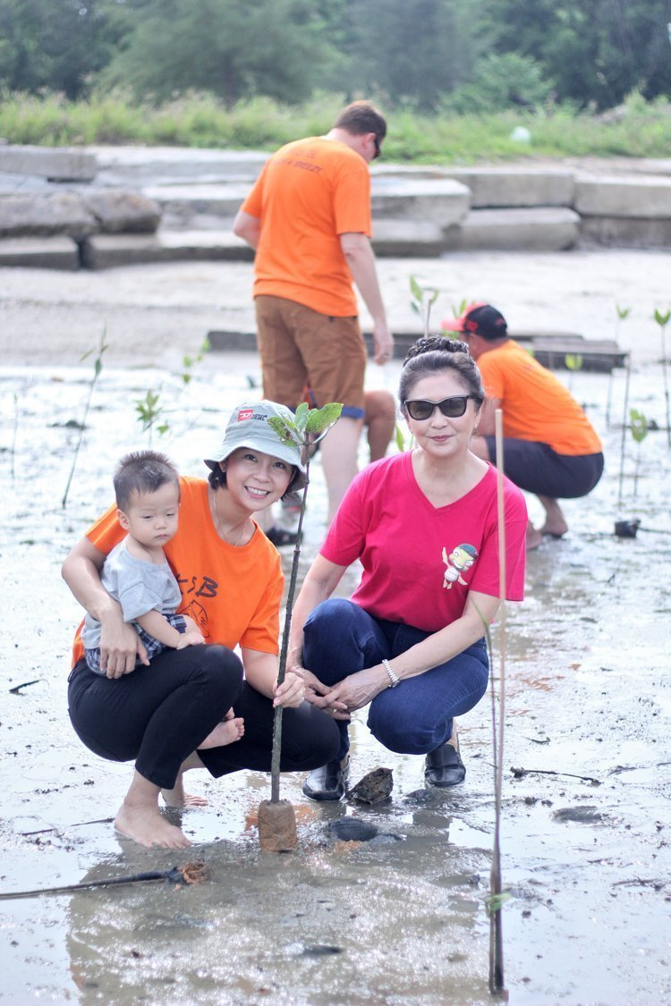 AKSARA Collection planted 150 mangrove trees to support local community environment in connection to National Tree Day 2017