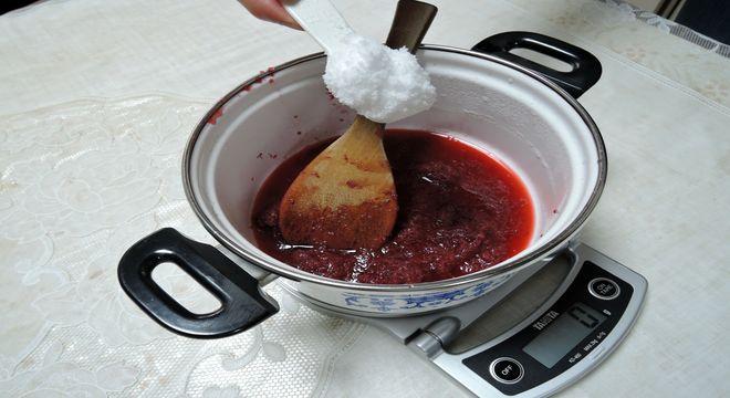 砂糖を入れて煮詰める