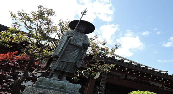 弘法大師像と満福寺本堂