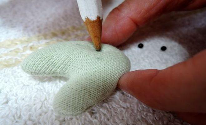 猫クリップの顔の部分に鉛筆で両目と鼻の位置に印を付けます。