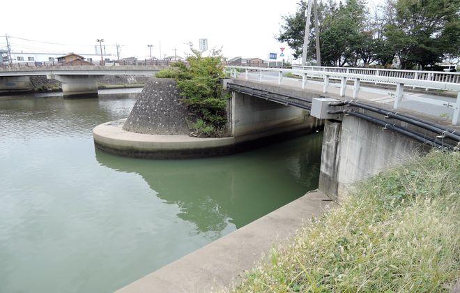 綾瀬川と出羽堀の合流地点