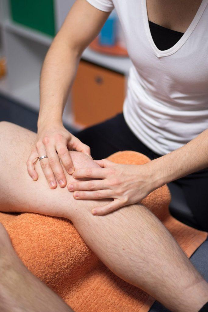 Manuelle Therapie (MT) am Knie in Emsdetten in der Praxis Physiotherapie Mundus.
