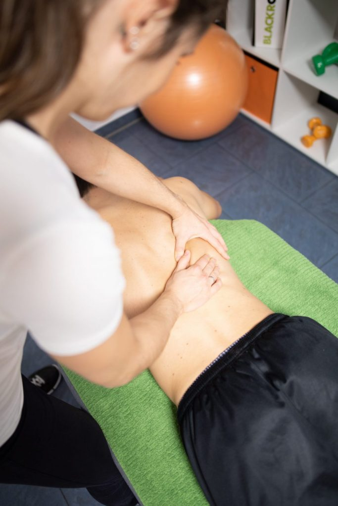 Massage am Rücken in der Praxis Physiotherapie Mundus in Emsdetten.