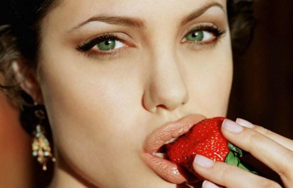 Angelina-Jolie-levres-sexy-yeux-vert-bleu