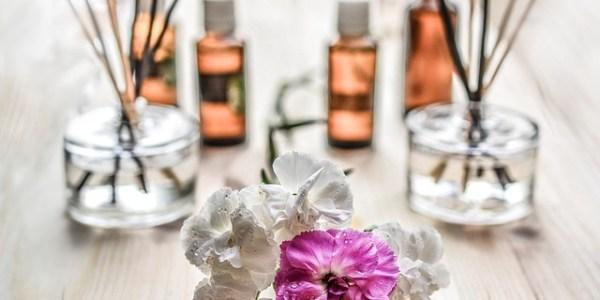 comment utiliser les huiles essentielles sur la peau ? Toutes les méthodes.