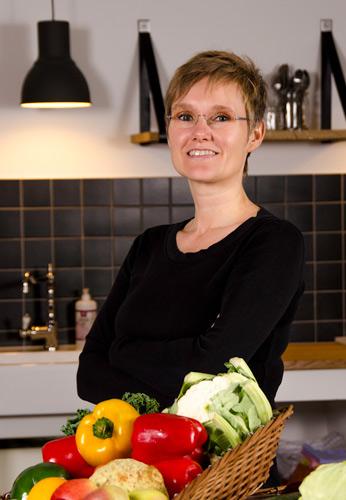 Jytte Langkær uddannet kostvejleder er ejer af phytokost og ses her stående i madværkstedets køkken