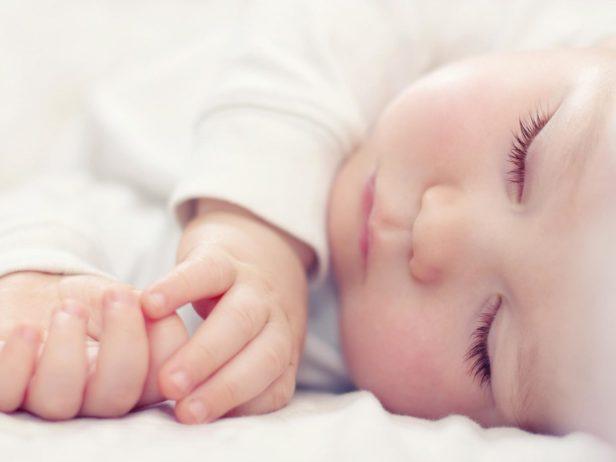Un neonato che dorme meglio anche grazie a un trattamento di osteopatia pediatrica