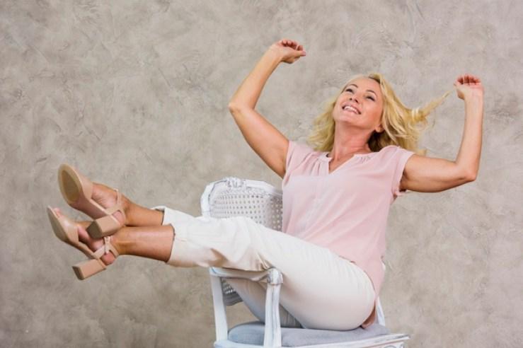 Una donna felice perché è in fase di guarigione dal dolore pelvico