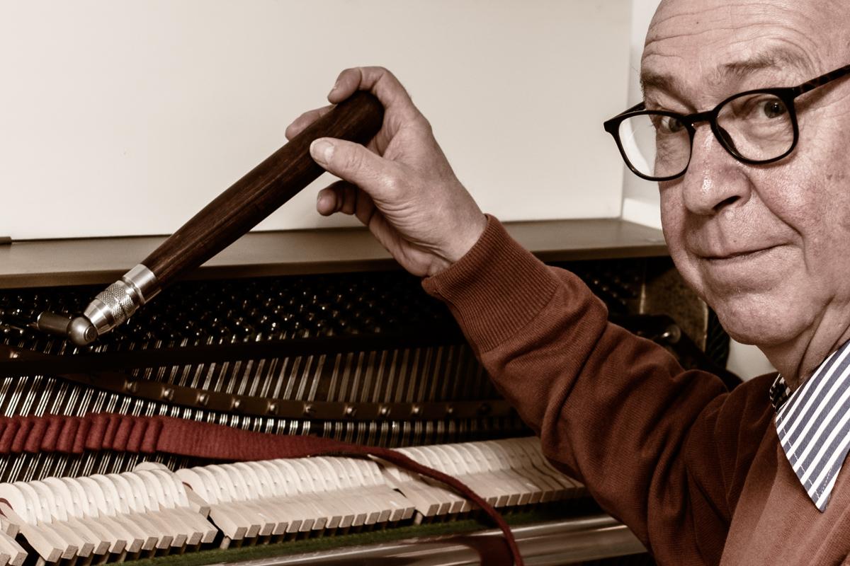Albert Sinner stimmt ein Klavier