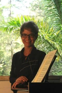 """Natural do Rio de Janeiro, KATIA BALLOUSSIER iniciou seus estudos musicais com Ivone Badmann e, posteriormente, passou a trabalhar sob a orientação de Myrian Dauelsberg e Telmo Côrtes. Em 1984, graduou-se pela Escola de Música da UFRJ. Foi vencedora de sete concursos nacionais de piano, dentre os quais o Concurso """"Arnaldo Estrella"""" (1982) em Juiz de Fora. Atuou como pianista acompanhadora na série """"Master-Classes Internacionais"""" (CAPES/UNIRIO) ministrada por artistas como Aurèle Nicolet, Boris Belkin, Ingo Goritzki, Herman Baumann, entre outros. Frequentemente tem sido solicitada a trabalhar em Master-Classes, Festivais e Concursos, e convidada a integrar orquestras como a OPES, OSTM e OSB. Há vários anos desenvolve intenso trabalho como camerista, se apresentando nas principais salas de concerto do país ao lado de renomados músicos brasileiros e estrangeiros. Desde 1997, ocupa o cargo de pianista acompanhadora da Universidade Federal do Estado do Rio de Janeiro, UNIRIO."""