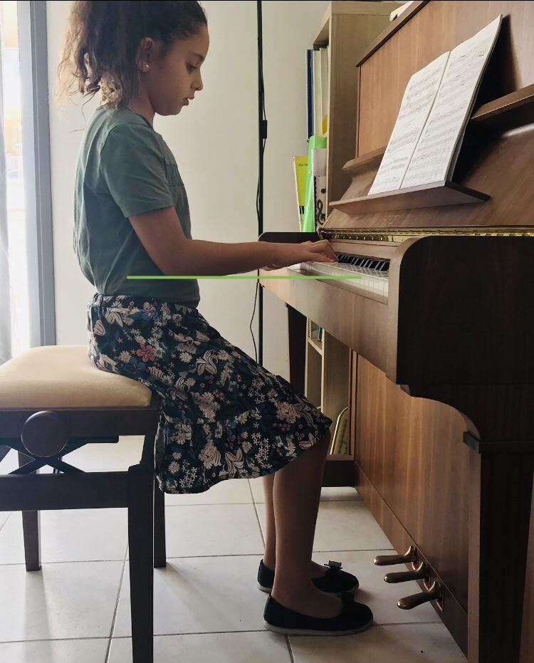 la bonne position au piano les coudes sont alignés avec le clavier